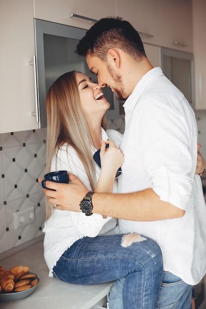 Beau couple à la maison Photo gratuit