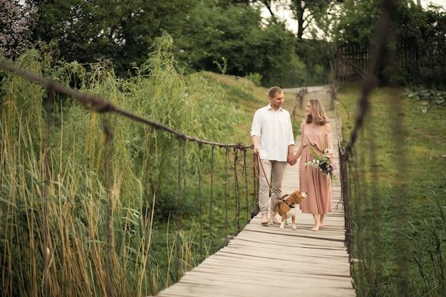 Beau couple marchant avec pont de chien. Photo Premium