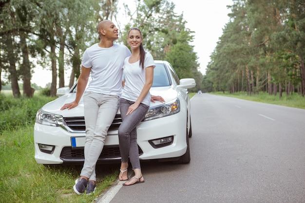 Beau Couple Multiracial Profitant De Voyager En Voiture Photo Premium