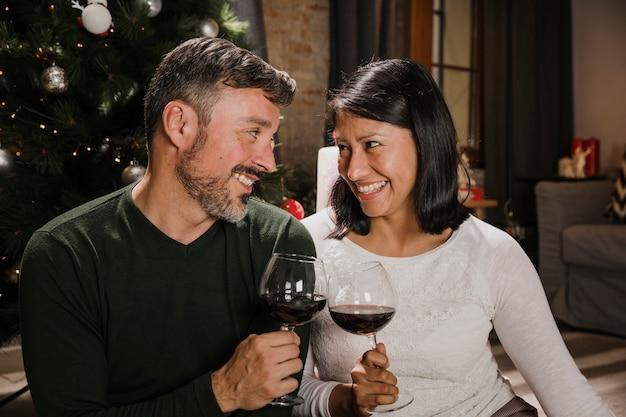 Beau Couple De Noël Senior Acclamant Photo gratuit