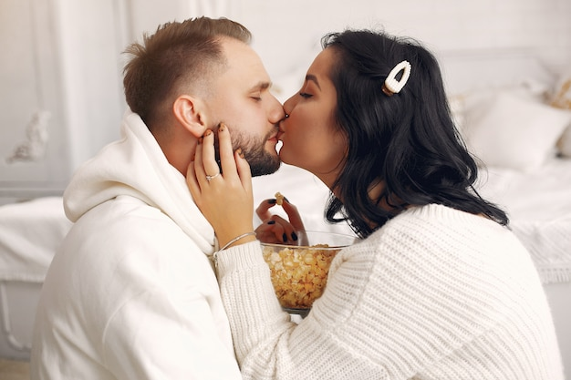 Beau couple passe du temps dans une chambre Photo gratuit