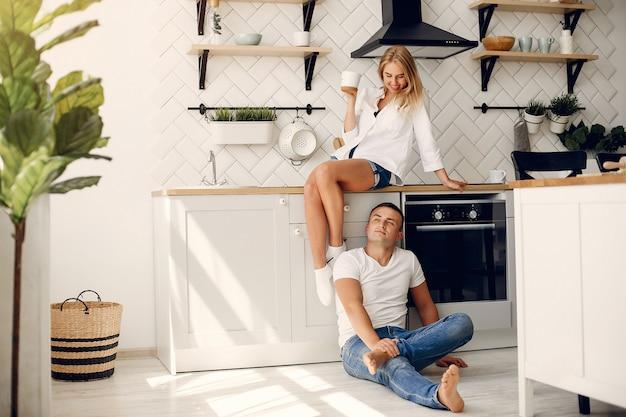 Beau couple passe du temps dans une cuisine Photo gratuit