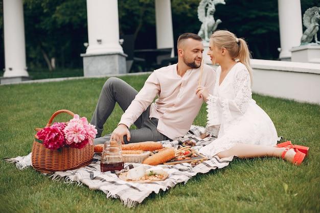 Beau couple passe du temps dans un jardin d'été Photo gratuit