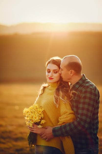 Beau couple passe du temps dans un parc en automne Photo gratuit