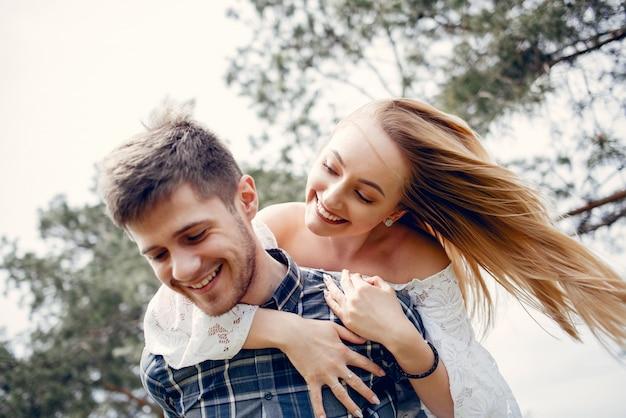 Beau couple passe du temps dans un parc d'été Photo gratuit