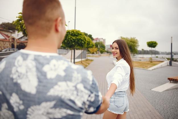 Beau couple passe du temps dans un parc nuageux automne Photo gratuit