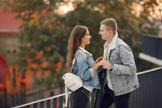 Beau couple passe du temps dans la rue Photo gratuit