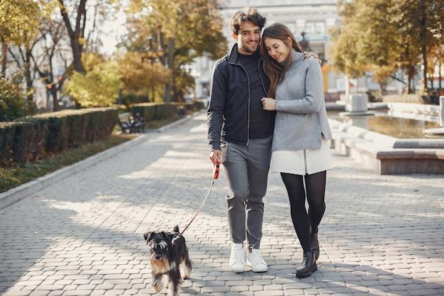 Beau couple passe du temps dans une ville d'été Photo gratuit