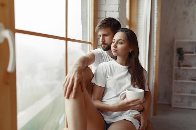 Beau Couple Passe Du Temps à La Maison Photo gratuit