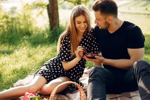 Beau couple passe du temps sur un terrain d'été Photo gratuit