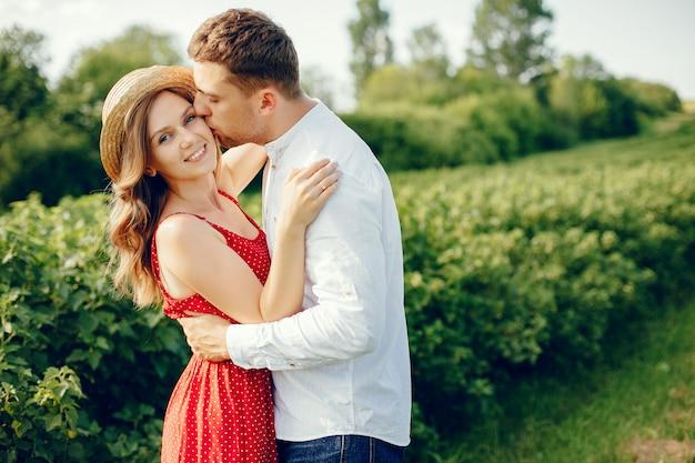 Beau couple passe du temps sur un terrain Photo gratuit