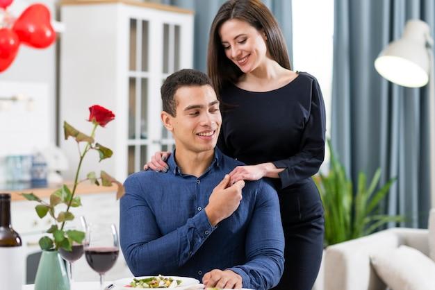 Beau Couple, Passer Du Temps Ensemble Le Jour De La Saint-valentin Photo gratuit