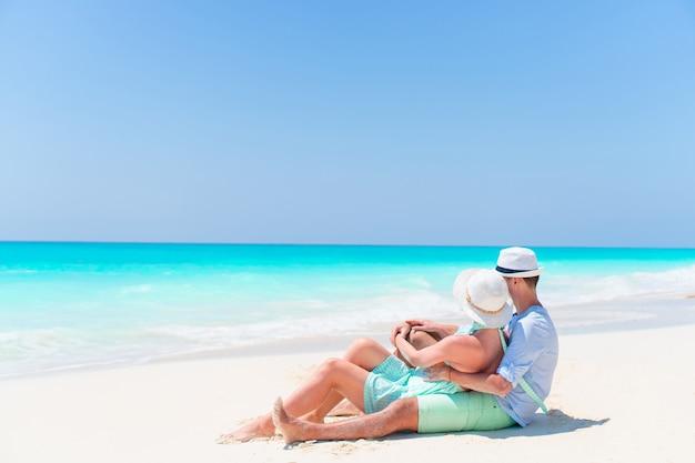 Beau couple sur la plage et profiter des vacances d'été Photo Premium