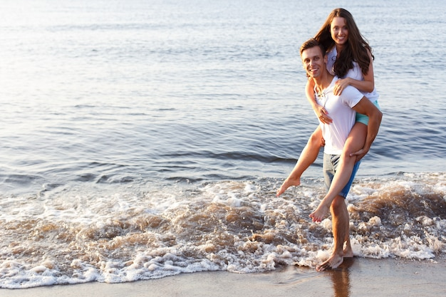 Beau couple sur la plage Photo gratuit