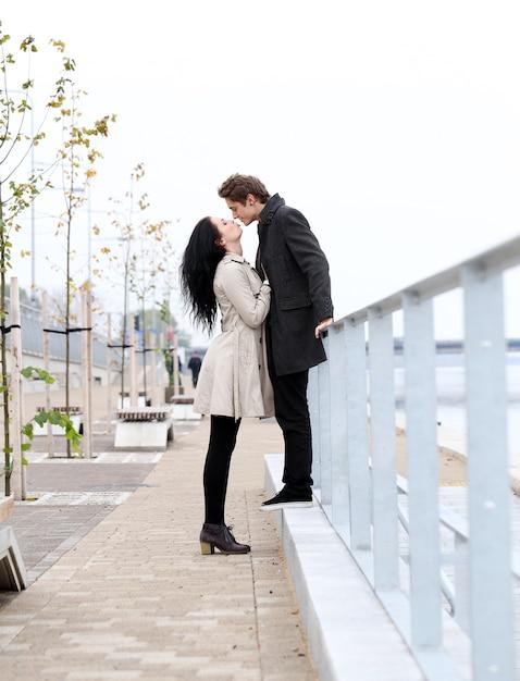 Beau couple en plein air Photo gratuit
