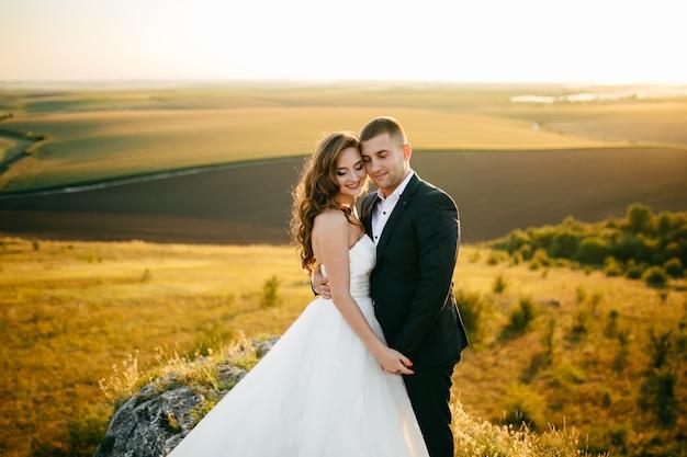 Beau Couple Posant Le Jour De Leur Mariage Photo gratuit
