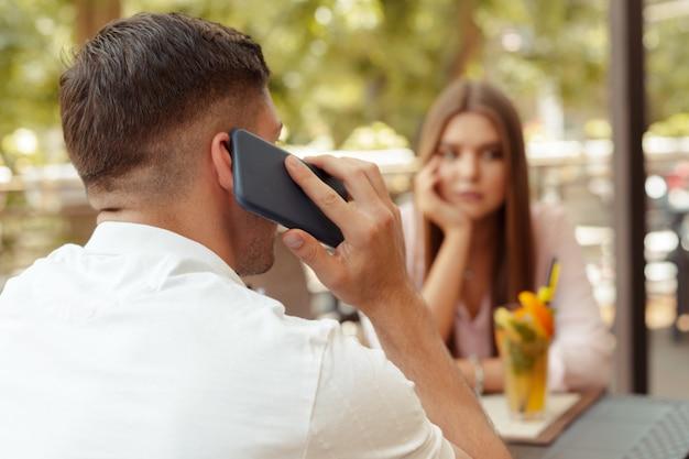 Beau couple profitant d'un café en utilisant la technologie Photo Premium