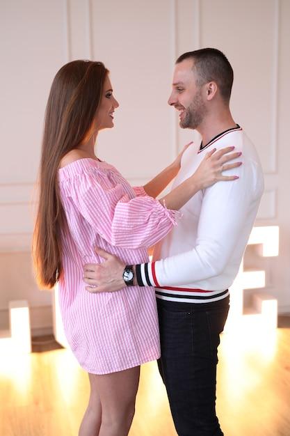 Beau Couple Profitant Du Temps Ensemble Photo gratuit