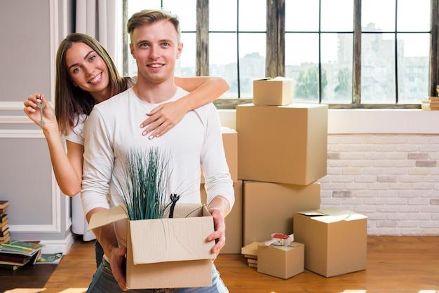 Beau couple profite de leur nouvelle maison Photo gratuit