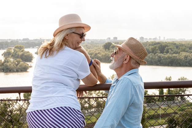 Beau couple se regardant Photo gratuit