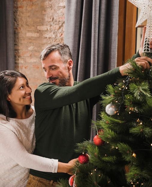 Beau Couple Senior De Noël Se Regardant Photo gratuit