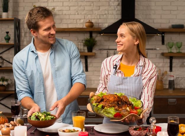 Beau Couple Tenant La Nourriture Et Se Regardant Photo gratuit