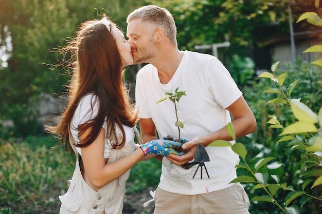 Beau couple travaille dans un jardin Photo gratuit