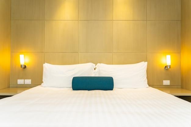 Beau coussin blanc et couverture à l'intérieur de la décoration de lit Photo gratuit