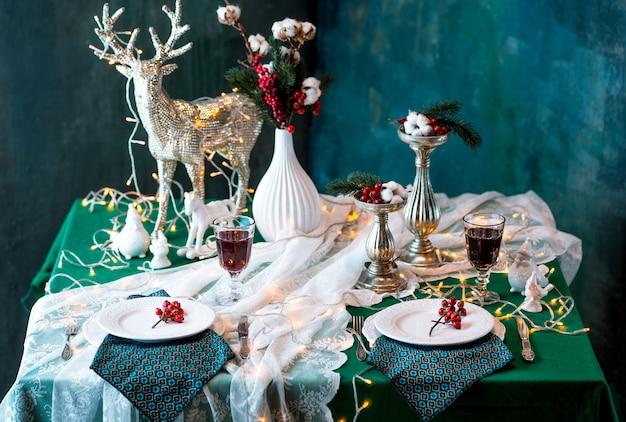 Beau Décor De Table De Noël Avec Des Décorations Photo gratuit