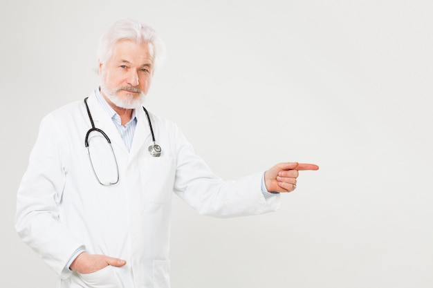Beau docteur âgé en uniforme Photo gratuit