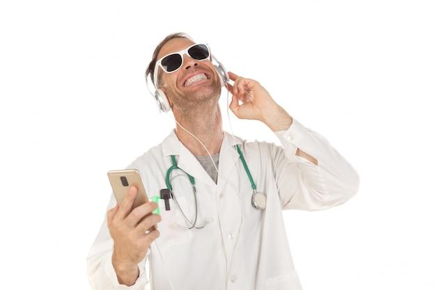 Beau docteur avec lunettes de soleil, écoute de la musique avec des écouteurs Photo Premium