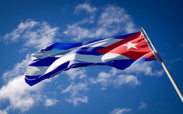 Beau Drapeau National De Cuba Flottant Sur Le Ciel Bleu Photo Premium