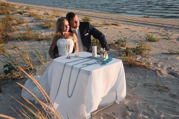 Beau, élégant, Jeune Couple, Joyeux, Mariage Mer, D Photo Premium
