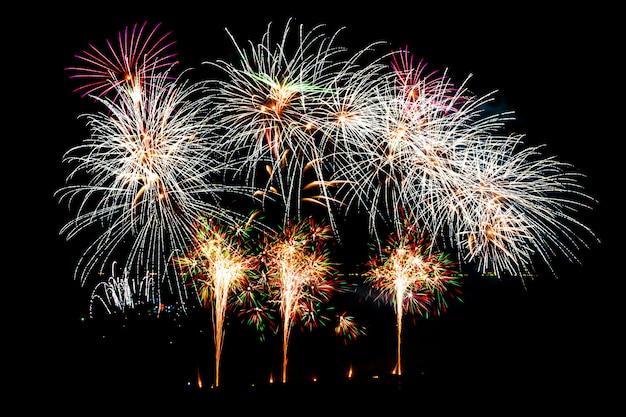 Beau feu d'artifice sur ciel noir Photo gratuit