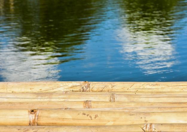 Beau fond de bambou et de rivière en thaïlande Photo Premium