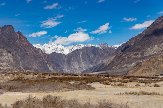 Beau fond de paysage de montagne de cette façon aller à la vallée de turtuk dans le ladakh, en inde Photo Premium