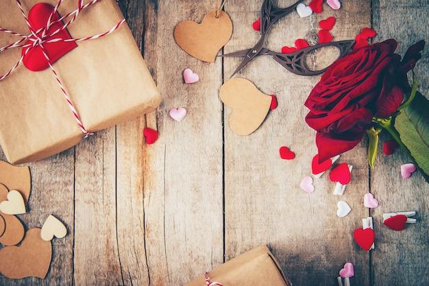 Beau fond sur le thème de l'amour des vacances et d'une humeur agréable. mise au point sélective. Photo Premium