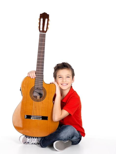 Beau Garçon Heureux Avec La Guitare Acoustique- Photo gratuit