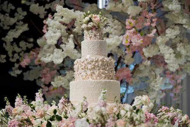Beau gâteau de mariage, décoration de mariage de gâteau blanc Photo Premium