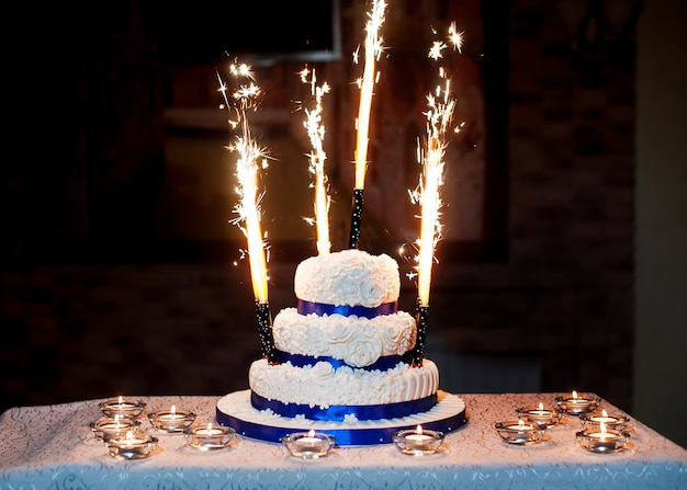 Beau Gâteau De Mariage à Trois étages Avec Feux D'artifice Photo Premium