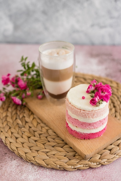 Beau gâteau rose à la crème et aux baies Photo Premium