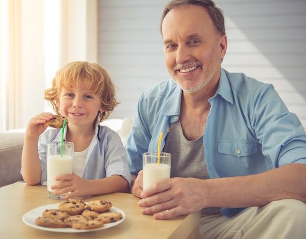 Beau Grand-père Et Petit-fils Boivent Du Lait Photo Premium