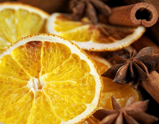 Beau gros plan d'oranges sèches, de bâtons de cannelle et d'anis étoilé Photo Premium