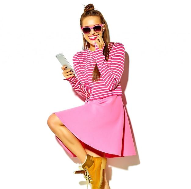 Beau, Heureux, Mignon, Sourire, Sexy, Brunette, Femme Femme, Dans, Désinvolte, Coloré, Rose, été, Vêtements, à, Lèvres Rouges Photo gratuit
