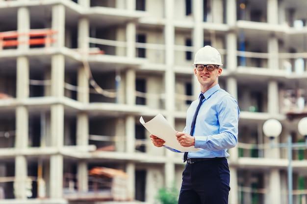 Beau Ingénieur En Construction Sur Le Chantier Photo Premium