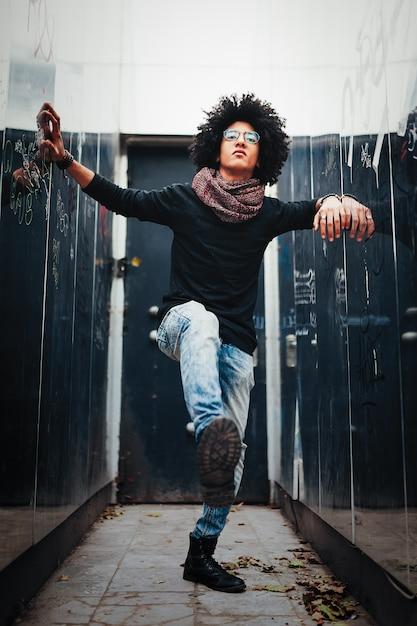 Un beau jeune afro-américain métis Photo Premium