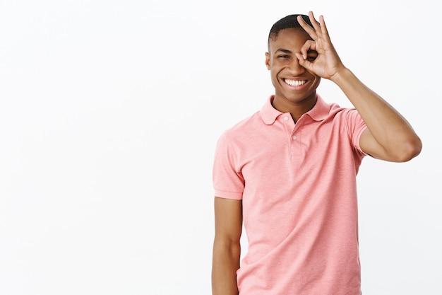 Beau Jeune Afro-américain Avec Tshirt Polo Rose Photo gratuit