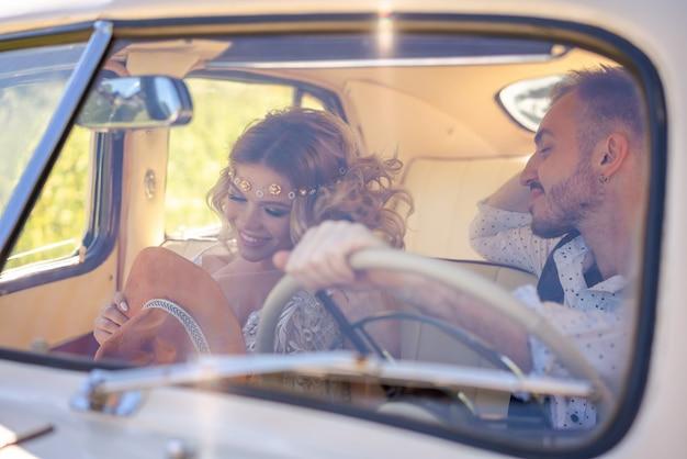 Beau jeune couple assis dans une relation amoureuse de voiture Photo Premium