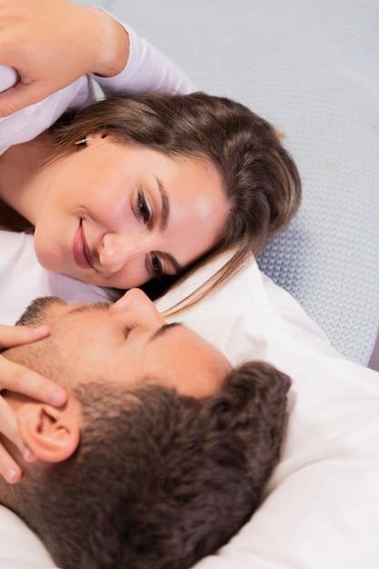 Beau jeune couple au lit Photo gratuit