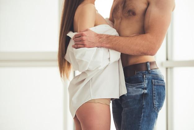 Beau Jeune Couple Commence à Faire L'amour. Photo Premium